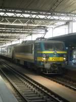 Brussel Midi/110074/hier-faehrt-eine-lok-der-baureihe Hier fährt eine Lok der Baureihe 21 mit ihrem Zug aus M4 Wagen in den Bahnhof Brüssel Midi ein.