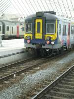Liege Guillemins/70915/hier-steht-ein-modernisierte-aber-leider Hier steht ein modernisierte, aber leider durch Graffiti verunstalteter, Triebwagen der Reihe AM 62-79 im Bahnhof Liège Guillemins.