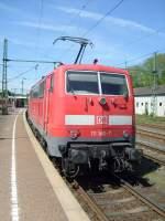 Br 111/76129/hier-schiebt-111146-ihren-zug-der Hier schiebt 111146 ihren Zug der Linie RE9 nach Aachen aus dem Bahnhof von Au(Sieg). Da die Gleise überhöht sind, steht die Lok leicht schief.