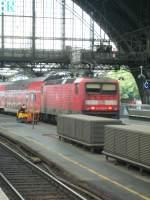 Br 143/110077/hier-schiebt-eine-lok-der-baureihe Hier schiebt eine Lok der Baureihe 143 ihre Regionalbahn der Linie 27 aus dem Kölner Hbf.