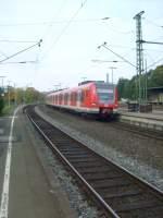 Br 423/110080/hier-faehrt-eine-doppeltraktion-423er-als Hier fährt eine Doppeltraktion 423er als S12 in ihren Endbahnhof Au(Sieg) ein.