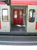 Br 423/76128/hier-sieht-man-die-stufe-beim Hier sieht man die Stufe beim Ausstieg aus einem ET423 im Bahnhof von Au(Sieg). Wirklich gut ist diese hohe Stufe nicht.