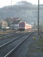 Bahnhof Burgdorf/126460/hier-die-frontansicht-eines-npz-der Hier die Frontansicht eines NPZ der BLS der neben dem Ausfahrtgleis des Bahnhofes Burgdorf steht.