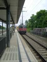 re-4-4/140391/hier-durchfaehrt-eine-re-44-mit Hier durchfährt eine Re 4/4 mit einem aufgebocktem Bahndienstfahrzeug den Bahnhof Schönbühl SBB